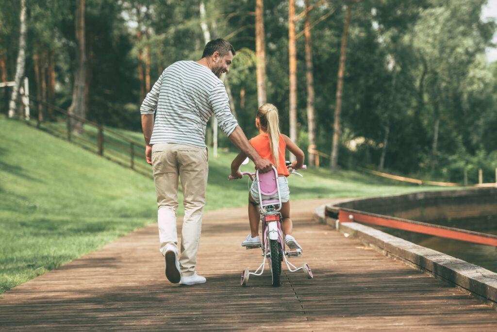 Отец проводит время с дочкой