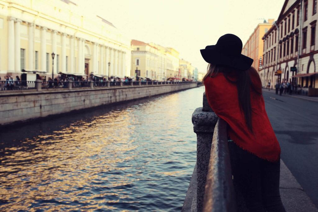 Девушка у канала в Санкт-Петербурге