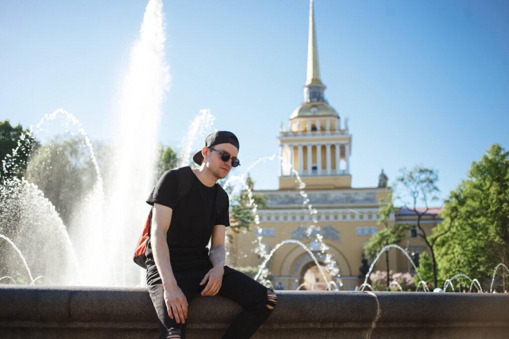 Мужчина у фонтана в Санкт-Петербурге