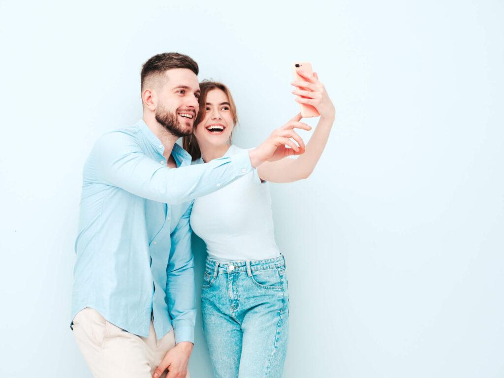 Пара фотографируется на iPhone