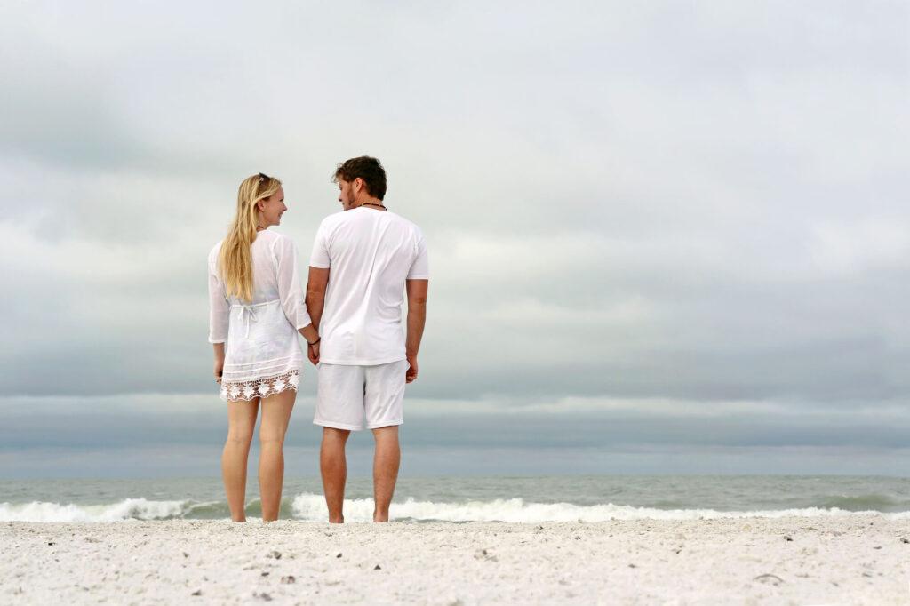 христианская пара на пляже