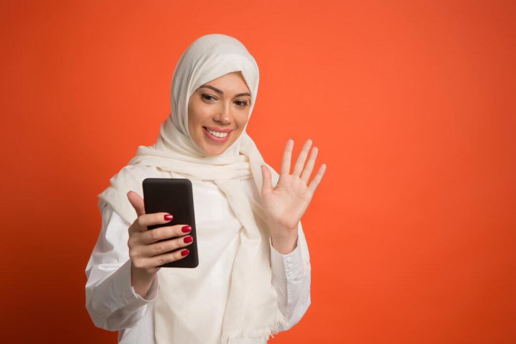 Мусульманская девушка со смартфоном