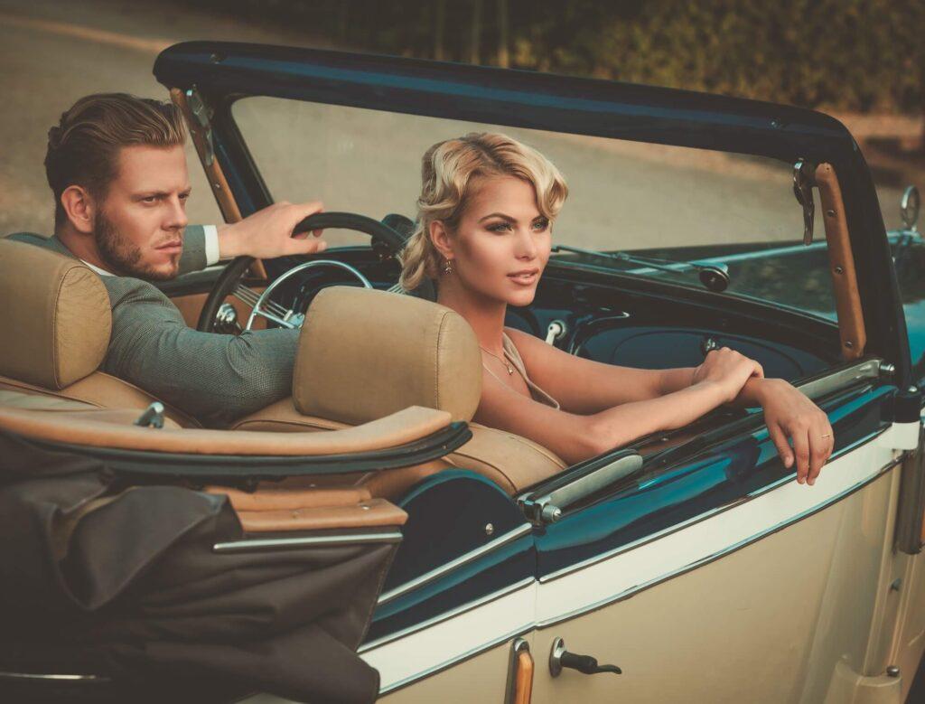 Девушка с парнем в ретро машине