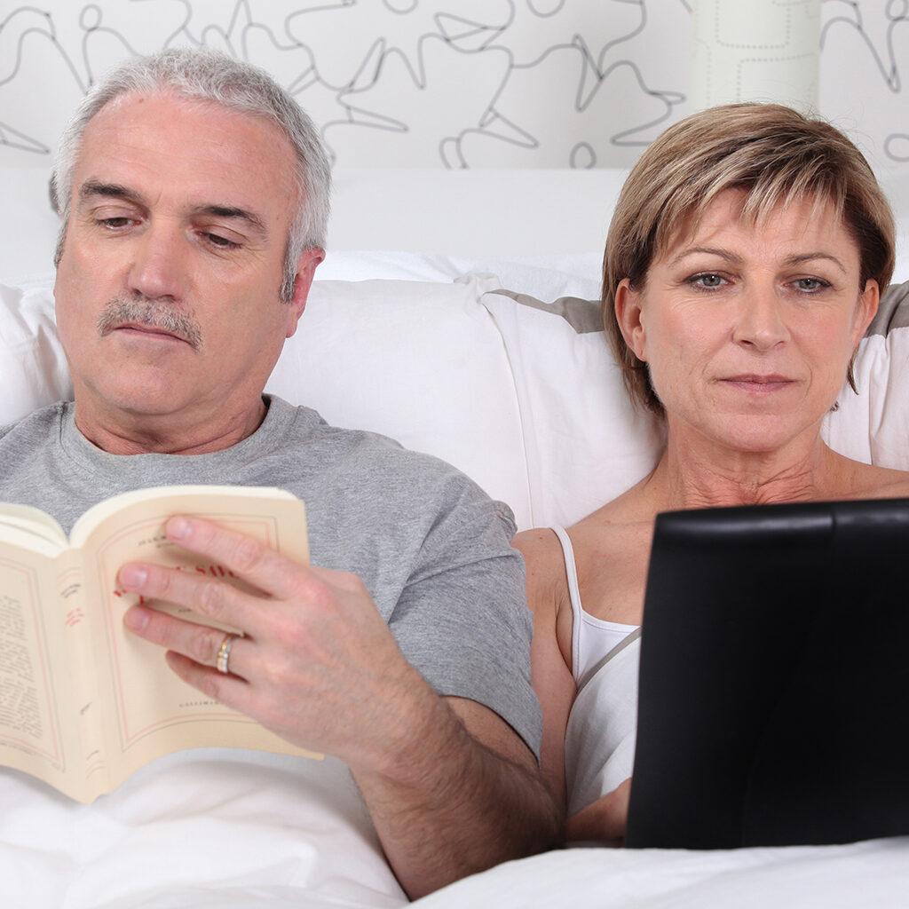 пара в возрасте читает перед сном
