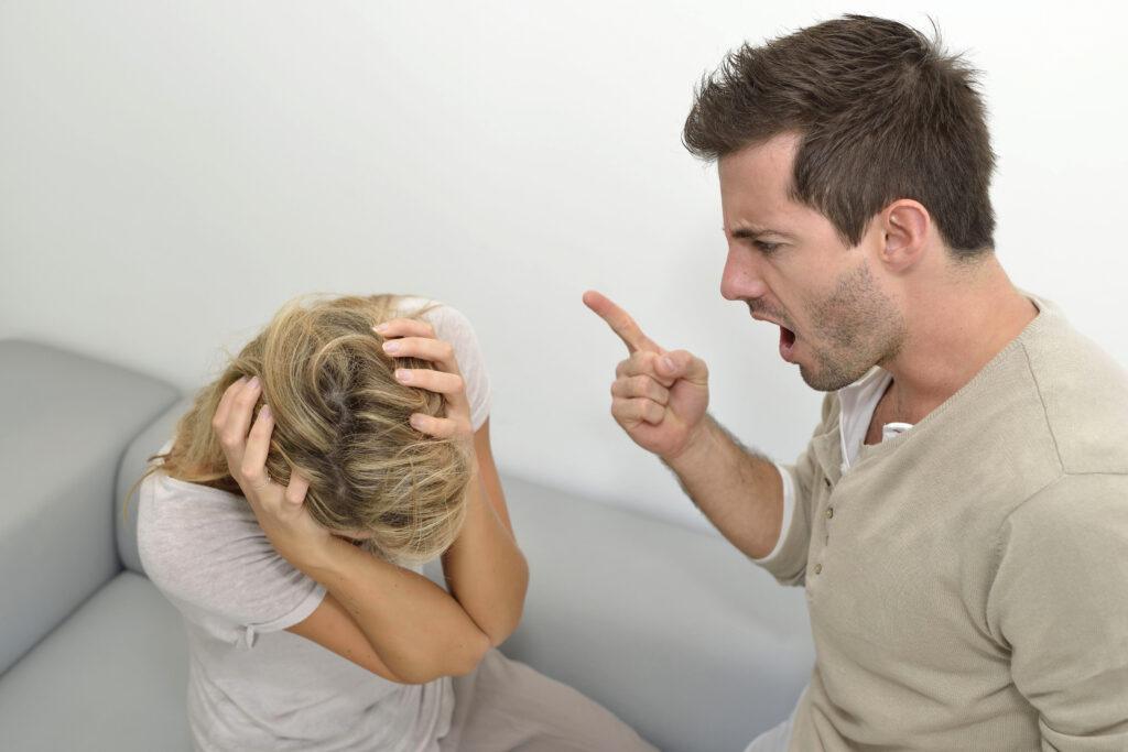 парень кричит на девушку
