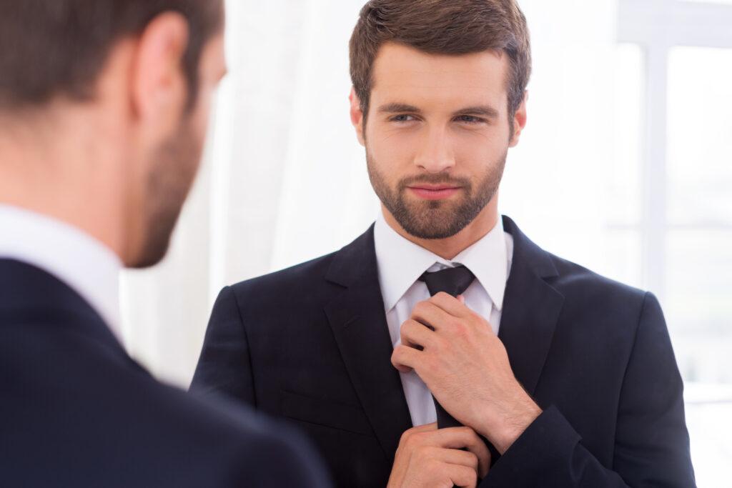 красивый парень в костюме