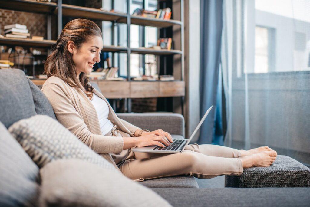 Девушка дома с ноутбуком