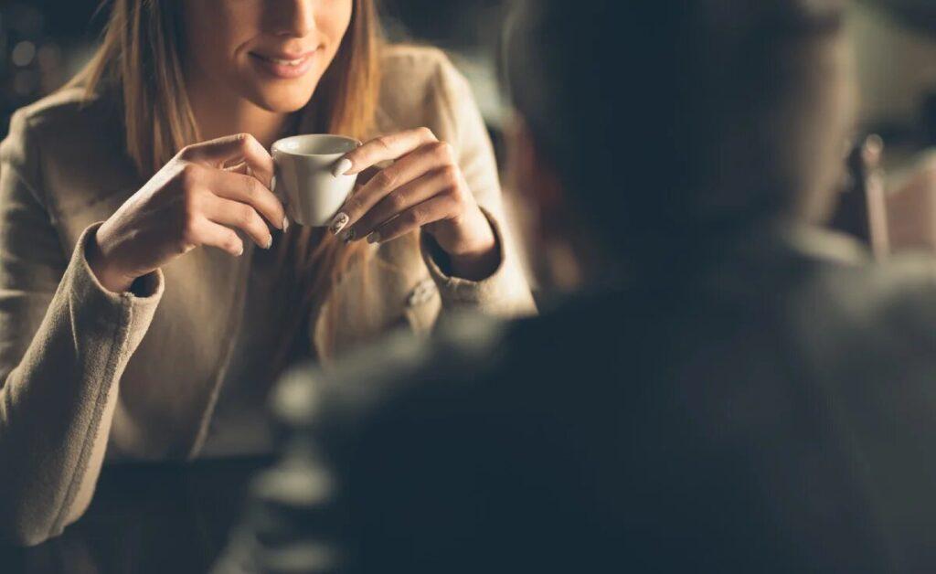 Девушка на свидании в кафе