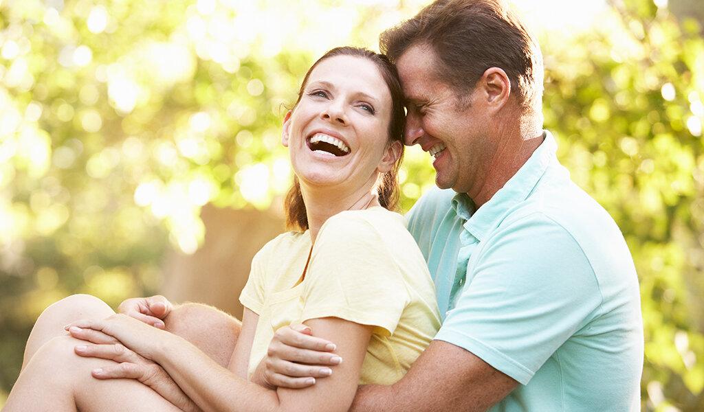 влюбленные мужчина и женщина в парке