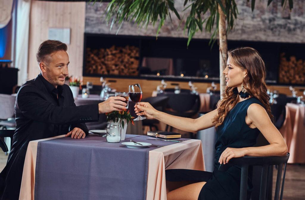 Красивая пара в дорогом ресторане