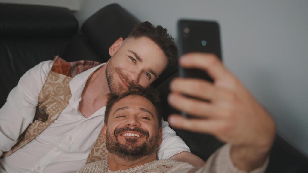Пара геев фотографируется