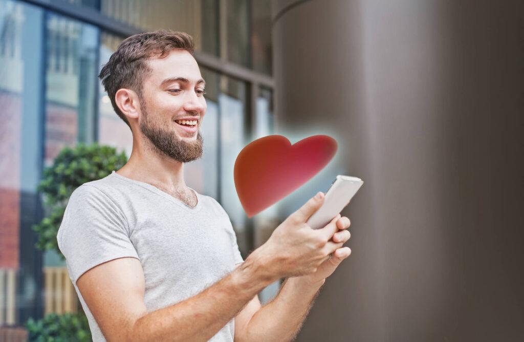 Парень пользуется приложением для знакомств