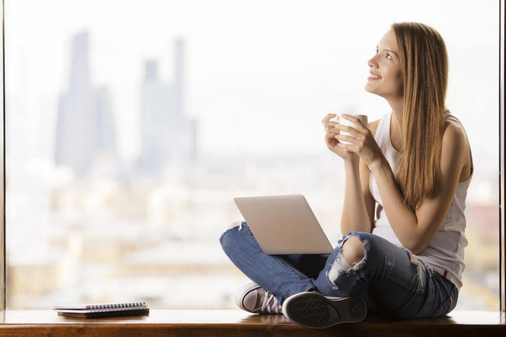 Молодая девушка за ноутбуком