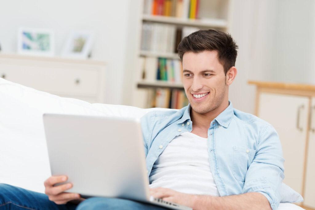 Молодой парень с ноутбуком
