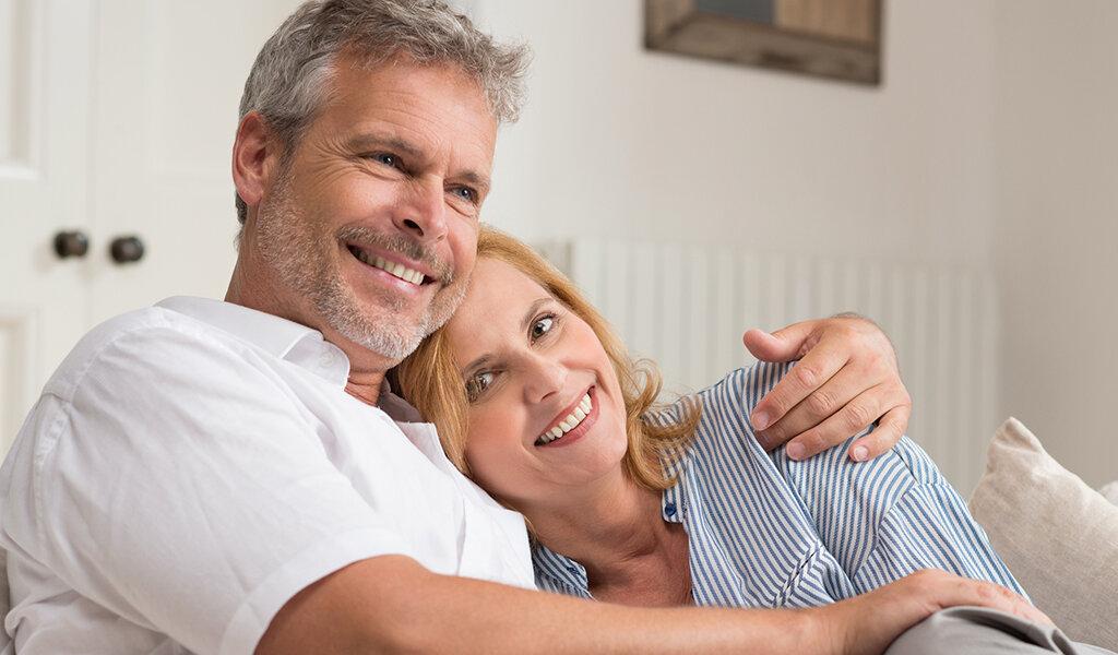 Пара в возрасте отдыхает дома