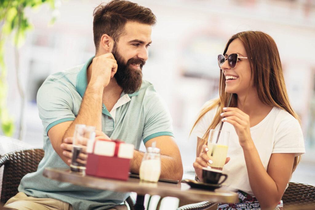 романтическое свидание в кафе