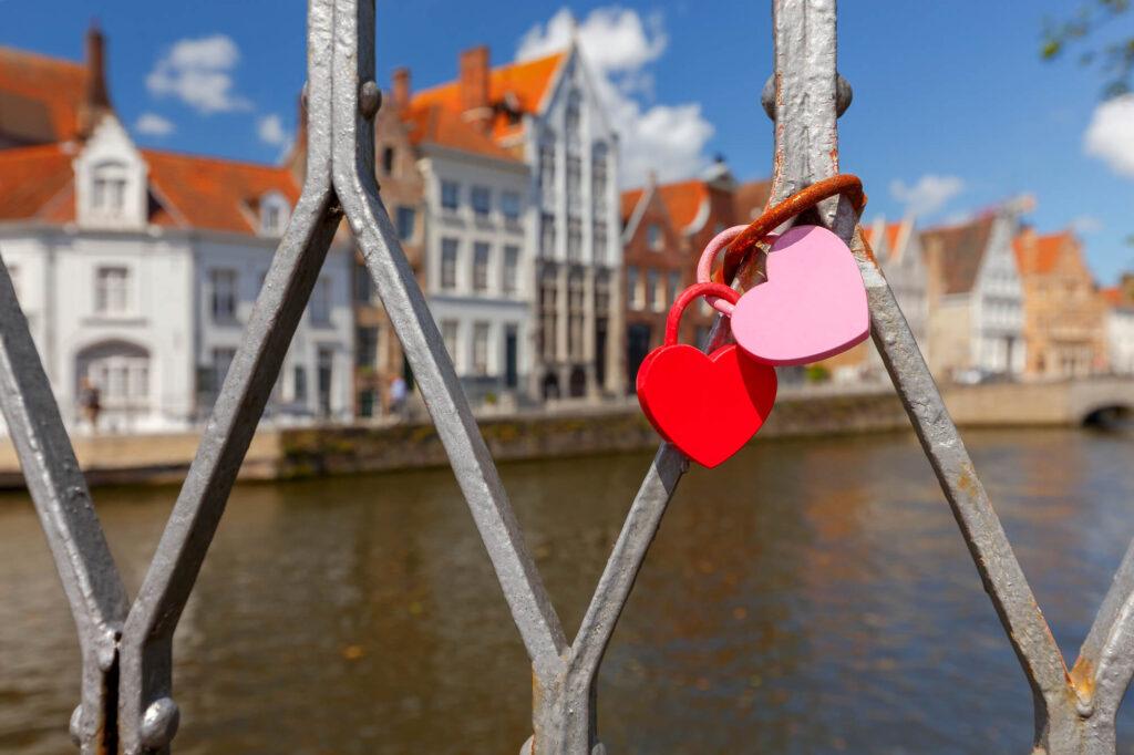 замочки на мосту в Чехии